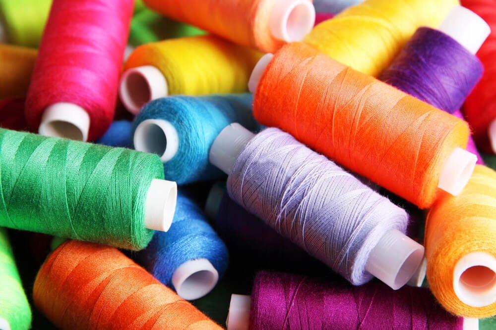 Bobina de hilos de colores