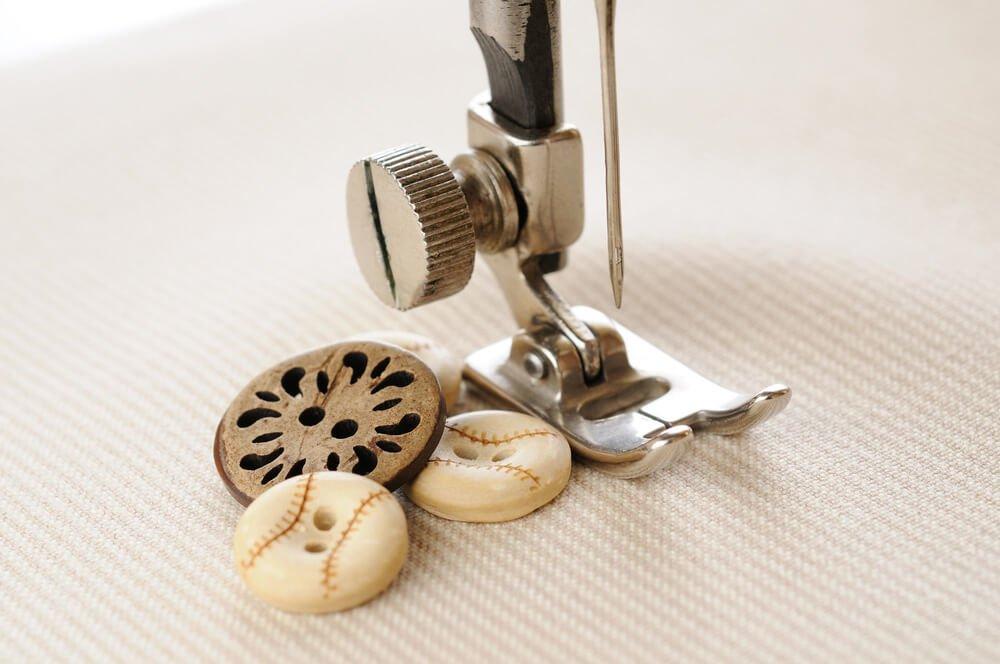 Coser botones a máquina