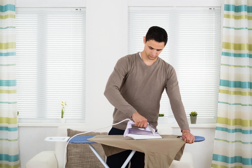 Planchar ropa de pie