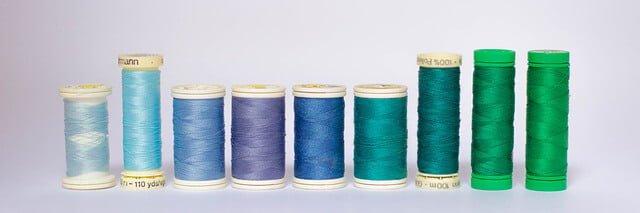 Bobinas de hilo de colores